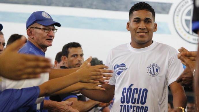 Izaldo, lateral esquerdo do Confiança (Foto: Osmar Rios / GloboEsporte.com)