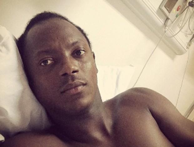 Andrezinho deitado no hospotal (Foto: Reprodução / Twitter)