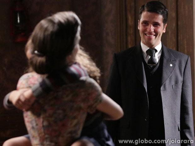 Franz vai visitar Pérola no cortiço (Foto: Fábio Rocha / Tv Globo)