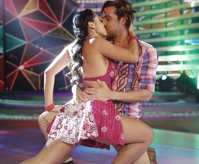 Igor Rickli termina apresentação com beijo em bailarina (Foto: Fábio Rocha / Gshow)