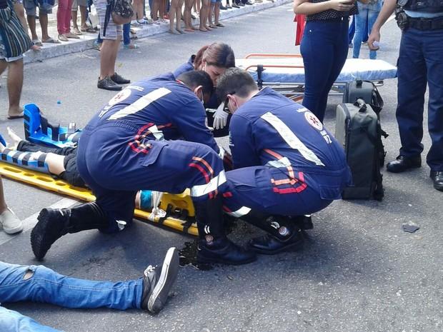 Estudantes feridos foram socorridos pelo Samu e encaminhados para hospital particular. Ambos passam bem (Foto: Reprodução/TV Verdes Mares)