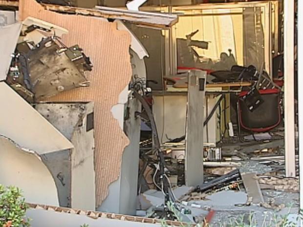 Agência ficou destruída com a explosão (Foto: Reprodução / TV TEM)