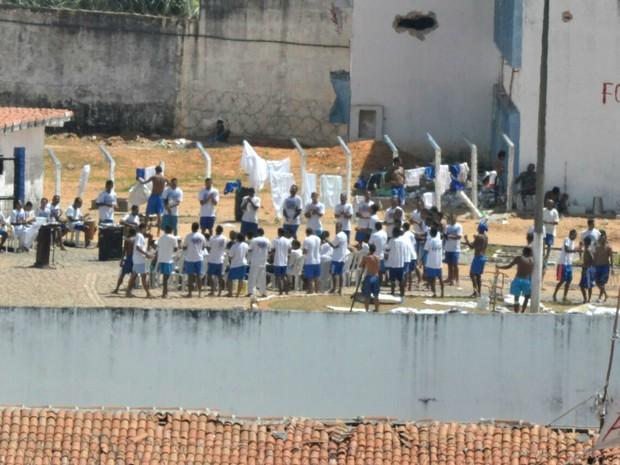 Presos fizeram culto na manhã desta sexta (20) dentro de Alcaçuz (Foto: Magnus Nascimento)