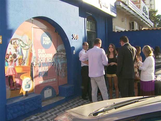 Clientes se reúnem após golpe em Campinas, SP (Foto: Reprodução / EPTV)