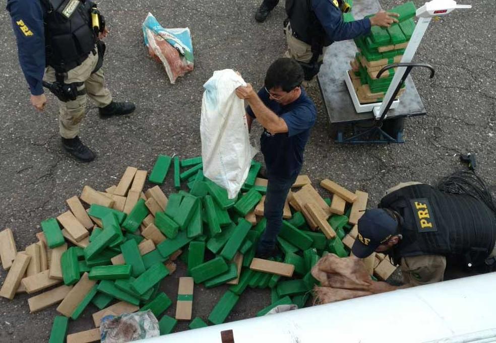 Cerca de 300 quilos de maconha foram apreendidas em Nova Lima, na Grande BH. (Foto: Polícia Rodoviária Federal/Divulgação)