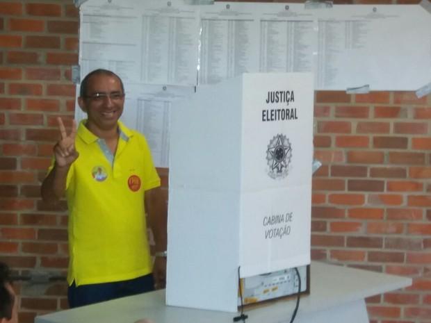 Candidato Victor Hugo (PSOL) vota na UFPB em João Pessoa (Foto: Patrícia Rocha/TV Cabo Branco)