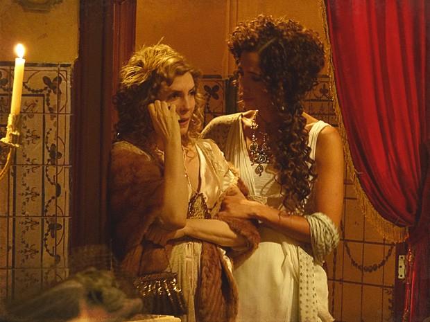 Diva fica arrasada ao ver o sucesso de Neusinha no palco (Foto: Lado a Lado / TV Globo)