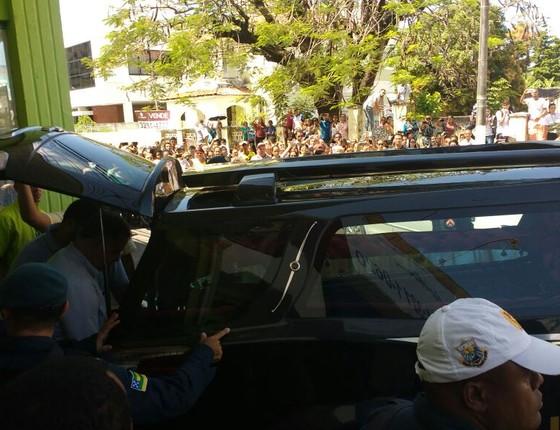 O corpo do ator deixa a funerária , em Aracajú, com destino a São Paulo (Foto: AG. News)