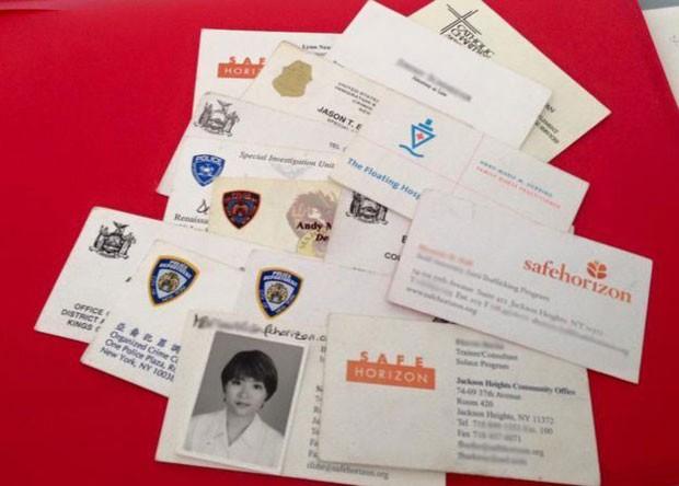 Shandra guardou todos os cartões de visita de pessoas que ajudaram (Foto: Shandra Woworuntu)