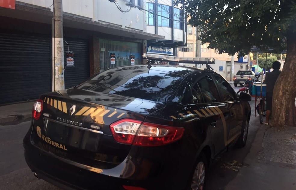 Polícia Federal cumpre mandados na sede do INSS em Montes Claros (Foto: Natália Jael/ Inter TV)