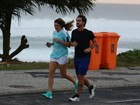 Rafa Brites e Felipe Andreoli correm na orla da Barra da Tijuca no Rio