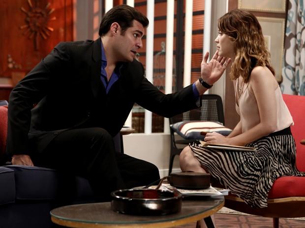 Marcos aproveita a situação para se reaproximar de Laura (Foto: Inácio Moraes/ Gshow)