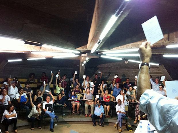Professores da UFMT decidem pela continuidade da greve em assembleia (Foto: Marcelo Ferraz/G1)