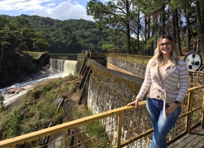Jessica Leão na barragem da hidrelétrica  (Foto: Reprodução / TV Diário )
