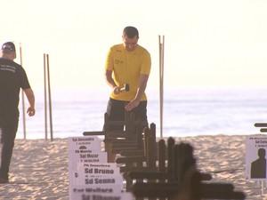 Cruzes foram fincadas na Praia de Copacabana (Foto: Reprodução/TV Globo)