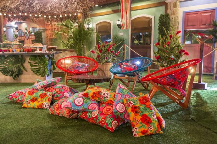 Cadeiras coloridas e almofadas com capas florais (Foto: Artur Meninea/Gshow)