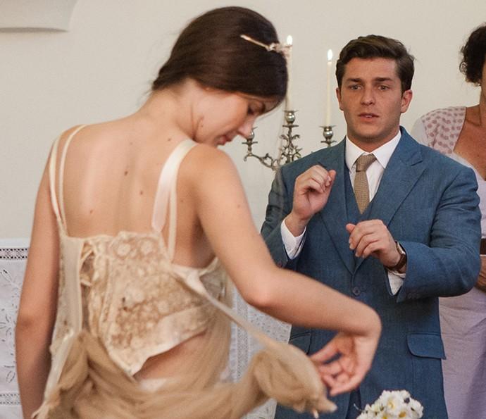 Vestido de noiva da personagem de Camila se despedaça (Foto: Camila Camacho/Gshow)