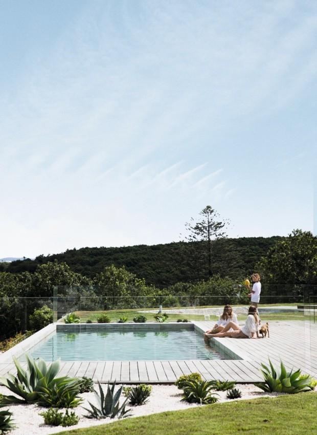 Quintal. Protegida por um guarda-corpo de vidro, a piscina tem vista para as plantações da propriedade e é usada todos os dias durante o verão. Agaves e babosas, combinadas a pedriscos, decoram as laterais do deque (Foto: Chris Warnes Warnes & Walton / Living Inside)