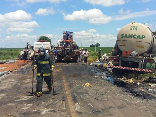 Rodovia ficou interditada devido ao acidente que derrubou ácido na via (Foto: Adolfo Lima/ TV TEM)