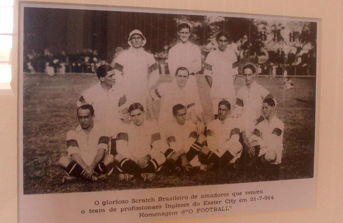 Exeter - Cartaz com foto da primeira seleção brasileira (Foto: Felipe Schmidt)