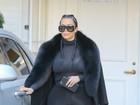 Kim Kardashian usa camisa transparente e deixa sutiã à mostra