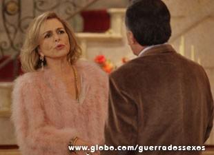 Ao ver seu amor partir, Charlô se declara (Foto: Guerra dos Sexos / TV Globo)