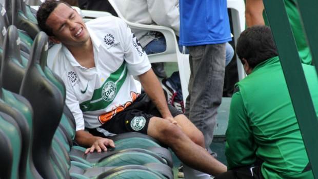 Rafinha se machuca durante o Atletiba (Foto: Marco Aurélio Garcia/RPCTV)