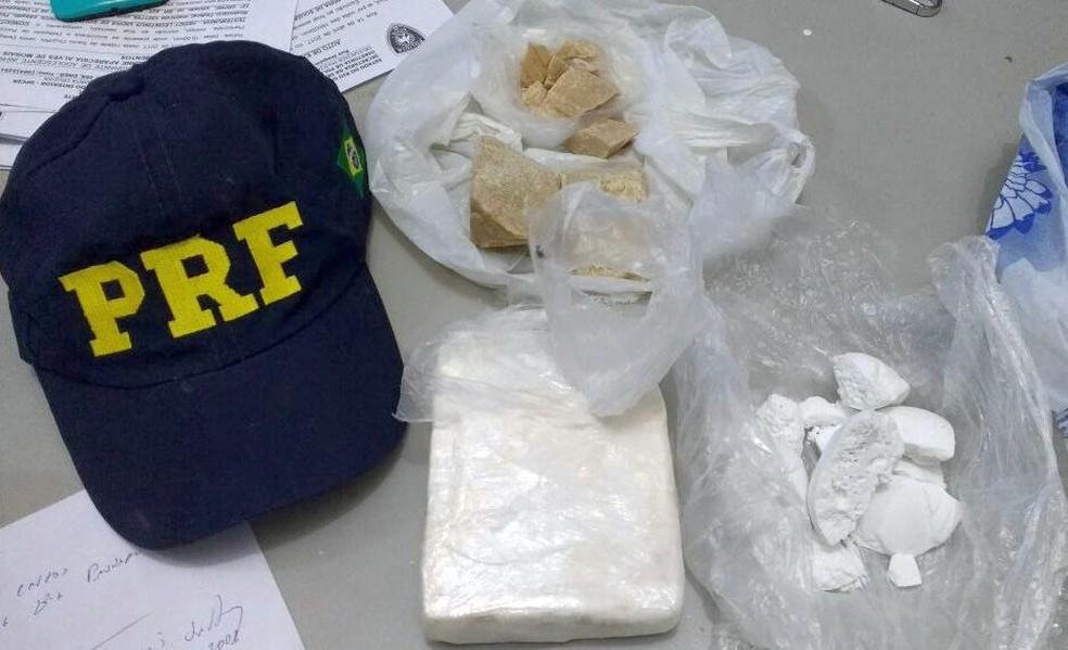 Cocaína e crack foram apreendidos durante fiscalização em uma van que saiu de Natal para Caicó. (Foto: Divulgação / PRF)