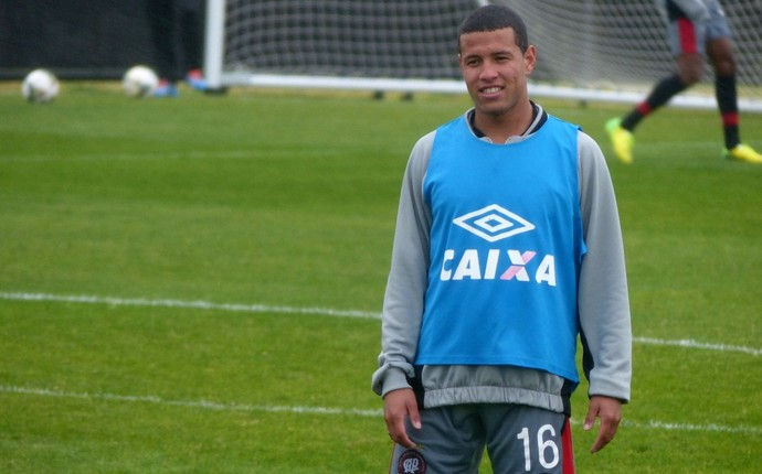 Sidcley, lateral-esquerdo do Atlético-PR (Foto: Monique Silva)