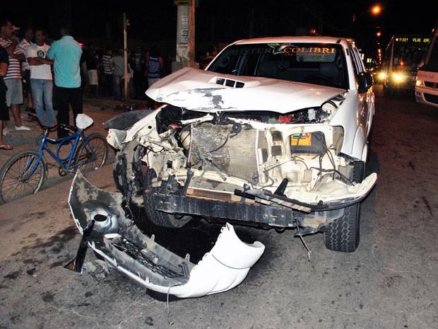 Condutor e carona da cmainhonete não sofreram ferimentos, segvundo a polícia. (Foto: Anderson Oliveira/Blog do Anderson)