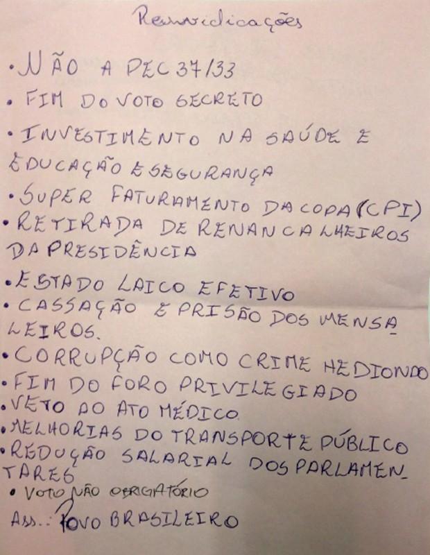Reprodução do documento que manifestantes entregaram ao diretor-geral da Câmara (Foto: Fabiano Costa / G1)