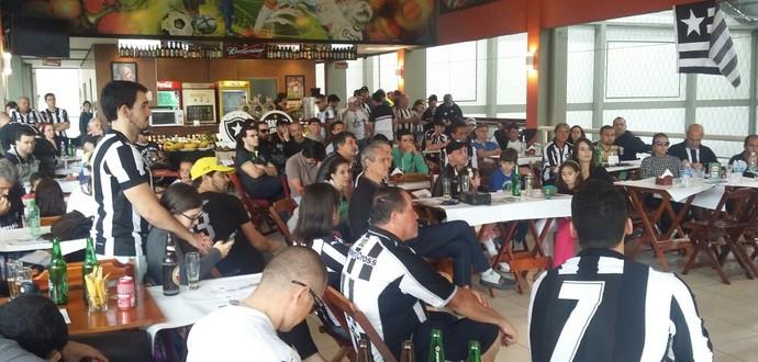 Aproximadamente 100 torcedores estiveram presentes no evento (Foto: Felipe Basilio/GloboEsporte.com)