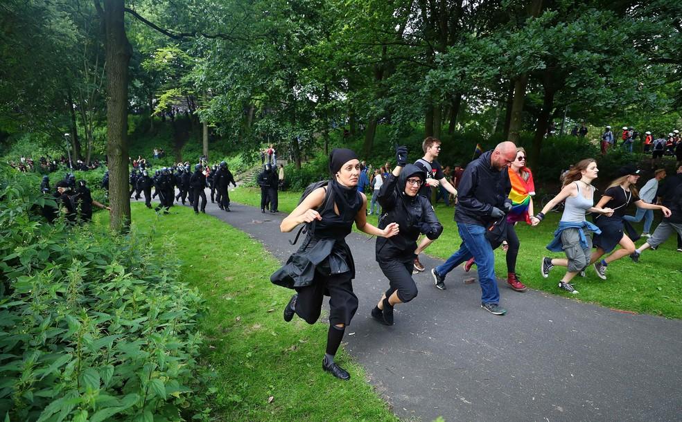 Policiais correm atrás de manifestantes durante protesto contra o G20 em Hamburgo (Foto: REUTERS/Pawel Kopczynski)