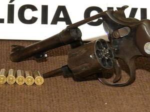 Arma foi encontrada no carro do suspeito (Foto: Reprodução / TV TEM)