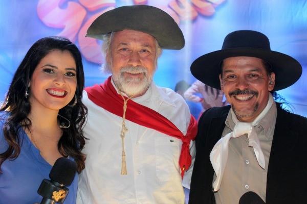 Apresentadores do Galpão Crioulo ao lado de Mano Lima (Foto: Verônica De Giacomo/RBS TV)