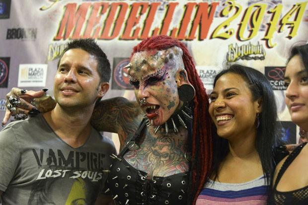 María José Cristerna posa com visitantes na feira internacional de tatuagens em Medellín (Foto: Raul Arboleda/AFP)