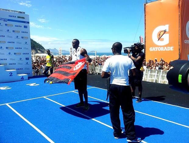 Usain bolt copacabana bandeira flamengo (Foto: Lydia Gismondi)