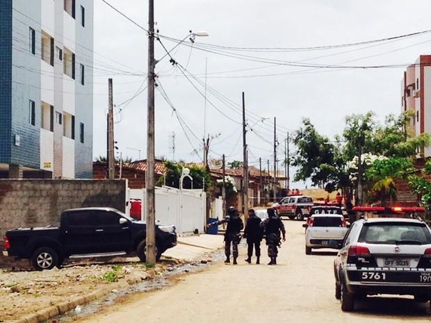 Policiais cercaram prédio para efetuar a prisão dos dois suspeitos, em João Pessoa (Foto: Walter Paparazzo/G1)