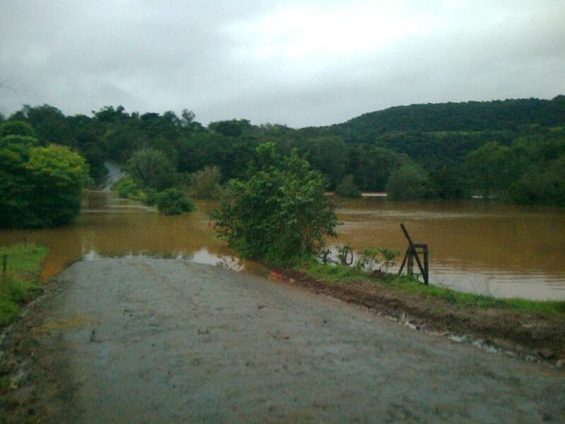 Principal acesso a Barra do Guarita foi bloqueado no RS (Foto: Brunna Colossi/RBS TV)
