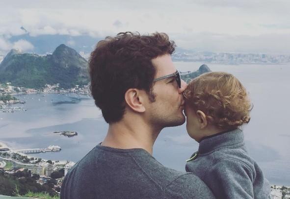 A foto de Daniel de Oliveira com o filho, Otto, que a atriz postou em homenagem ao marido no Dia dos Pais  (Foto: Reprodução/ Instagram)