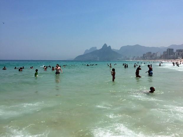 Crianças aproveitam o dia de praia no Rio (Foto: José Raphael Berrêdo / G1)