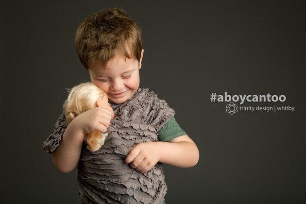 """""""Ver a afeição desse garotinho por sua boneca foi incrível e ele usa o sling como um profissional. Meninos amam bonecas e mostram que também podem brincar de faz de conta"""". (Foto: KIRSTEN MCGOEY/TRINITY DESIGN)"""