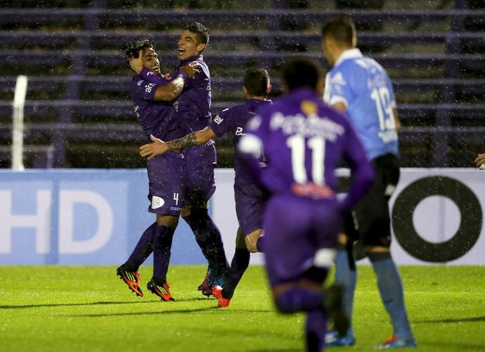 Ariosa e Rabuñal comemoram gol Defensor contra Bolívar (Foto: REUTERS/Andres Stapff)