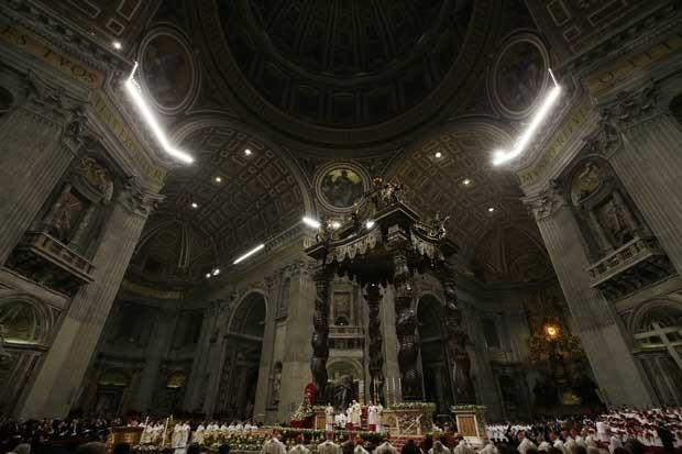 Papa Bento XVI celebra missa na basílica de São Pedro nesta segunda-feira (24) (Foto: AP) (Foto: AP)