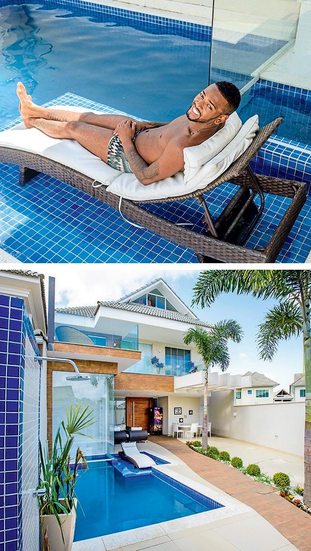 A piscina fica logo à entrada da casa e tem comunicação direta com a sauna  (Foto:  )