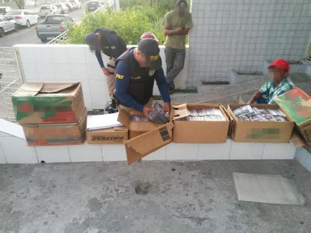 Cerca de 1800 DVDs pirateados são apreendidos na BR-424, em Arcoverde (Foto: Divulgação / PRF)