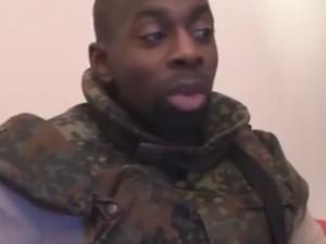 Homem que seria Amedy Coulibaly aparece em vídeo reivindicando o ataque que matou um policial e dizendo que ajudou os irmãos Kouachi (Foto: Reprodução/YouTube/Ak Vidéo)