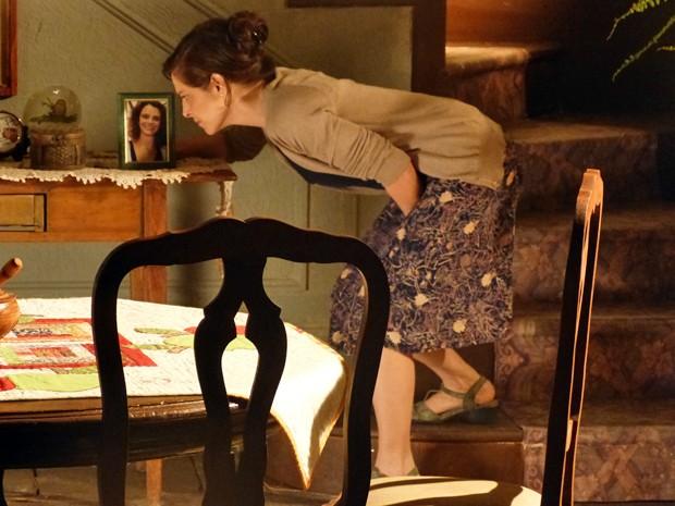 Cora fala com retrato de Eliane (Foto: TV Globo)