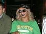 Beyoncé esbanja estilo com batom escuro em Nova York
