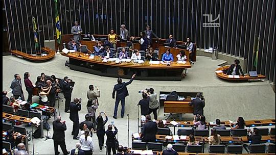 Debate sobre violência contra mulher resulta em tumulto com Bolsonaro